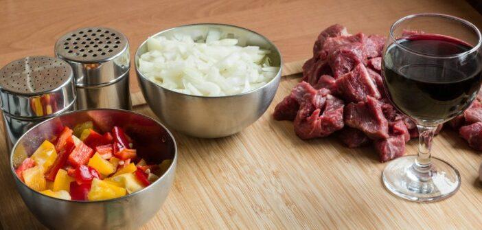 Rotwein Rinder-Gulasch mit Reis: Leckeres Rotwein-Rezept