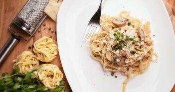 Feurige Champignon Rotwein-Sahne-Sauce mit Pasta: ein Gericht für Genießer