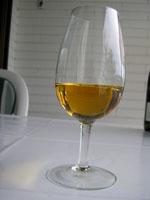 Die goldene Farbe der Trockenbeerenauslese des Weingut Becker versinnbildlicht Geschmack und Duft des Weines.