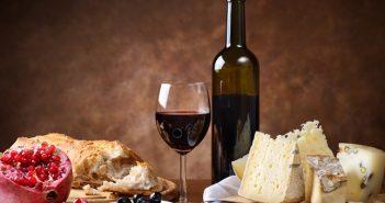 Lambrusco , passt zu leckerem Käse mit herzhaftem Brot und Obst