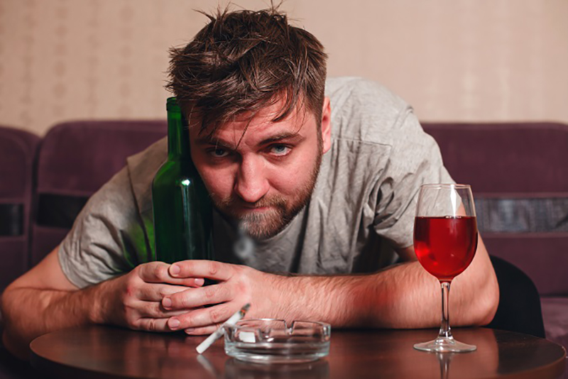 Der Alkohol wirkt sich schädigend auf den körperlichen Zustand aus und beeinträchtigt nicht nur das Reaktionsvermögen und den Gleichgewichtssinn. Zudem können noch zusätzliche Symptome ausgelöst werden. (#03)Der Alkohol wirkt sich schädigend auf den körperlichen Zustand aus und beeinträchtigt nicht nur das Reaktionsvermögen und den Gleichgewichtssinn. Zudem können noch zusätzliche Symptome ausgelöst werden. (#03)