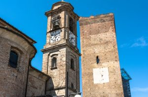 Barbaresco steht im Piemont für eine vorzügliche Traube ebenso wie für eine kleine Ortschaft etwa 20km von Barolo entfernt.  Die Hügel des Barbaresco liegen im Gegensatz zu jenen des Barolo etwas niedriger und weisen eine andere Bodenbeschaffenheit auf. Der Wein ist dafür weniger wuchtig und sehr viel samtiger. Das hat die Menschen allerdings nicht daran gehindert, den  Barolo vorzuziehen und den Barbaresco zu einem stets unterschätzten Geheimtipp werden zu lassen.  (#2)