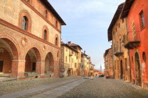 Die Stadt Saluzzo in der Provinz Cuneo im Piemont ist mit ihrem Castello sehr bekannt. In der Altstadt gibt es zu zweit jedoch noch viel mehr zu entdecken, wie beispielsweise diese Piazza. (#4)