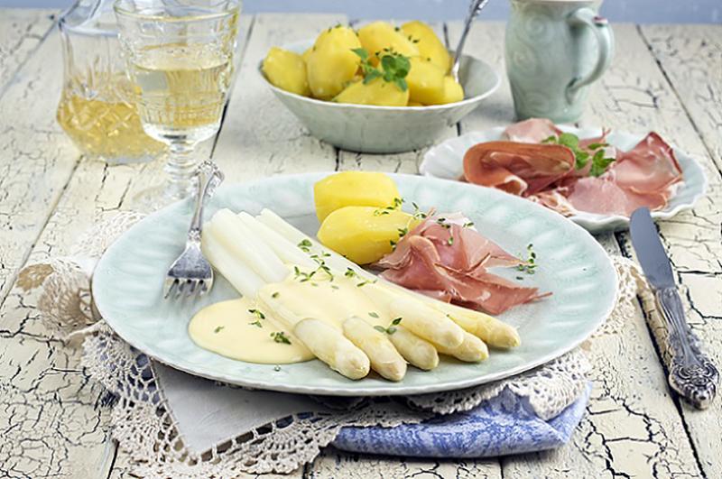 Die Kombination aus Spargel und Sauce mit Kartoffeln und Fleisch ist der Klassiker der Spargelgerichte. (#02)