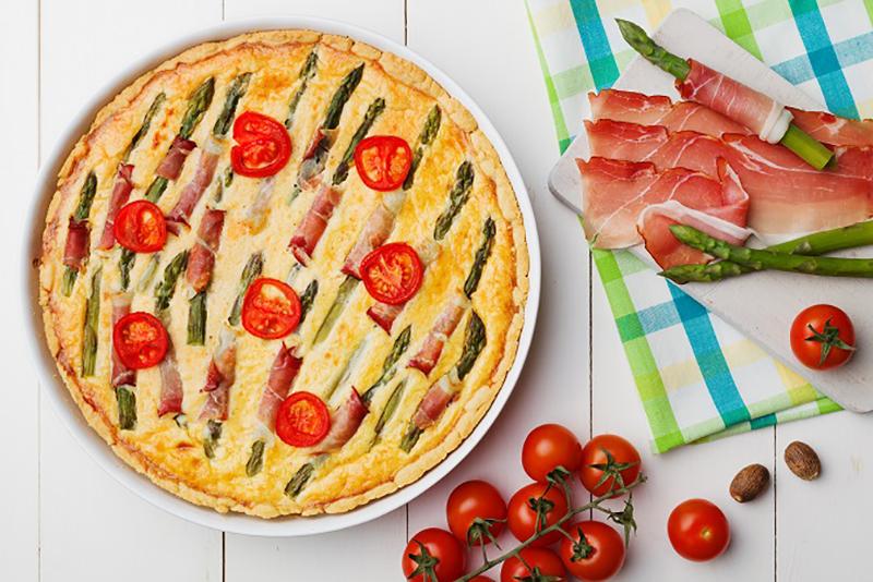Eine Spargelpizza ist indes nicht alltäglich. Vegetarier setzen häufig auf die abgewandelte Form und genießen eine Spargel-Quiche. (#01)