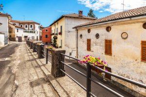 Das Monferrato ist eine der drei bekannten Weinregionen im Piemont und liegt nur wenige Autominuten von Asti entfernt. Die kleinen Örtchen sind so malerisch, wie man sich Italien nur vorstellen kann. (#1)
