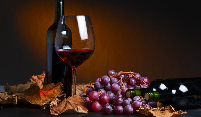 Diese Rebsorte, die auch unter dem Namen Pinot Noir bekannt ist, führt die Liste der beliebten Rotwein Sorten in Deutschland an. Die Rotwein Sorte wird zwar auf der ganzen Welt angebaut, wer den Namen Pinot Noir oder Schwarzburgunder hört, denkt meist in erster Linie an die Region Burgund in Frankreich – eben nicht zuletzt auch wegen des Namens. (#01)
