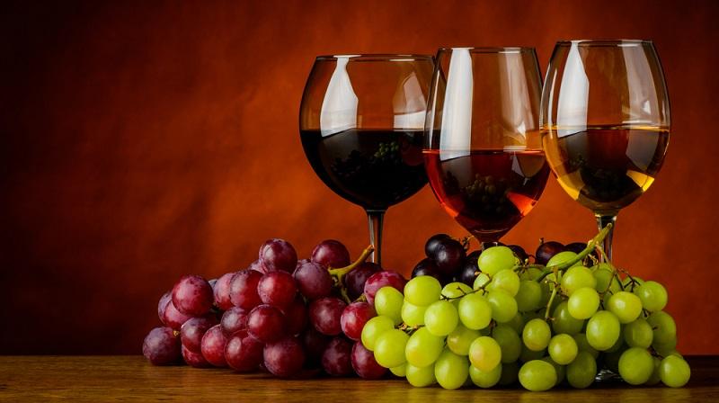 Betrachtet man die Anbaugebiete der verschiedenen Rebsorten weltweit, kommt man zu dem Ergebnis, dass deutlich mehr Rotwein Sorten als Weißwein Sorten angebaut werden. Es ist allerdings fraglich, ob sich diese Entwicklung nicht in den nächsten Jahren umkehrt. Denn die Nachfrage an vorzüglichen Weißweinen steigt kontinuierlich. (#02)
