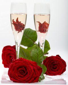 Crémant mit Hibiskusblüte - in Sirup eingelegte Blüte ins Glas geben - erhältlich zum Beispiel zum Beispiel bei www.mytime.de - und einfach mit gekühltem Crémant nach Belieben aufgießen (#02)