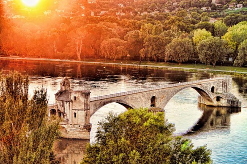 Aus der Region mit der Hauptstadt Avignon - die für ihre Brücke bekannt ist - stammt der Wein mit der Bezeichnung AOC. (#3)