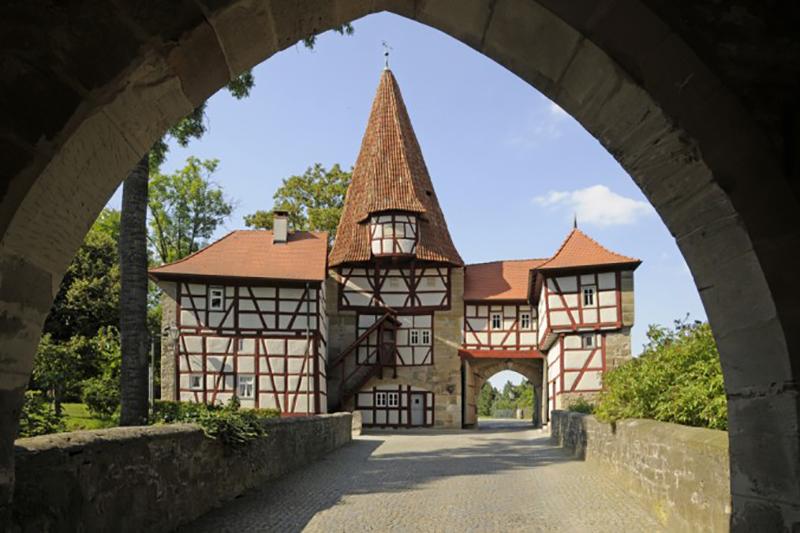 """An der Norseite von Iphofen liegt das sogenannte """"Rödelseer Tor."""" Es ist eines der mittelalterlichen Stadttore der unterfränkischen Stadt und ist definitiv einen Besuch wert. (#1)"""