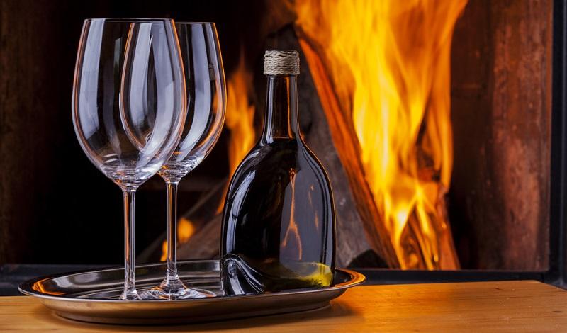 Diese Weine machen einfach nur Spaß. Sie verzichten auf komplizierte Komplexität und setzen auf eine fruchtige Frische, die einfach bekömmlich ist. Vor Ort setzen die Winzer auf klassischen Ausschank vom Bocksbeutel oder aus einer mit Bast umhüllten Bordeauxflasche. (#03)