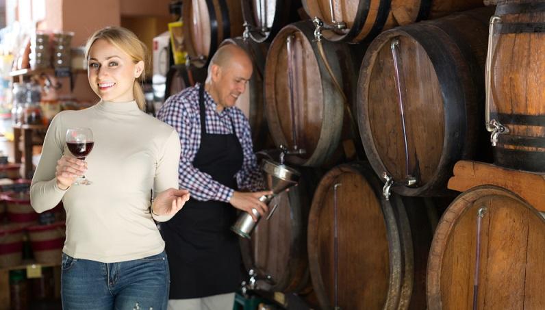 Die Liebhaber von einem guten Tropfen freuen sich nicht nur über eine schön verpackte Flasche, sondern auch über besondere Geschenkgutscheine. Im Trend liegen Erlebnisgutscheine für eine Weinprobe oder einen Winzerei-Besuch. (#04)Die Liebhaber von einem guten Tropfen freuen sich nicht nur über eine schön verpackte Flasche, sondern auch über besondere Geschenkgutscheine. Im Trend liegen Erlebnisgutscheine für eine Weinprobe oder einen Winzerei-Besuch. (#04)