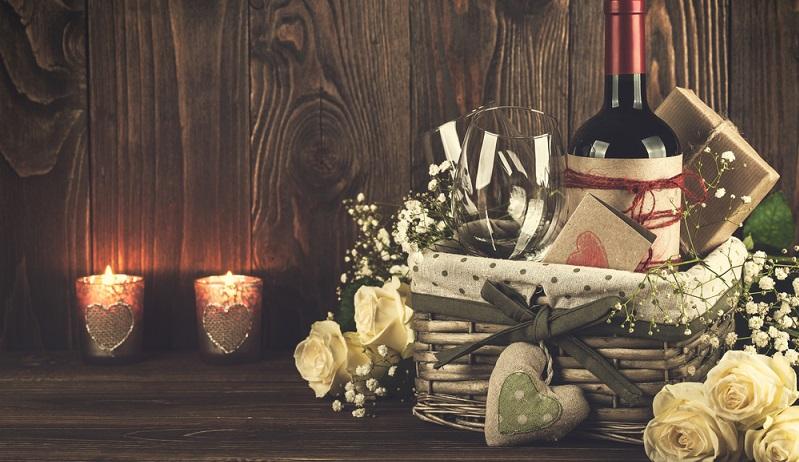 Wein schenken ist nicht so einfach, wie es klingt, wenn man die Lieblingssorten der Beschenkten nicht kennt. Im Zweifelsfall fährt man mit den eigenen Favoriten ganz gut. Tatsächlich vertrauen viele Menschen dem Urteil ihrer Verwandten und Freunde. (#01)
