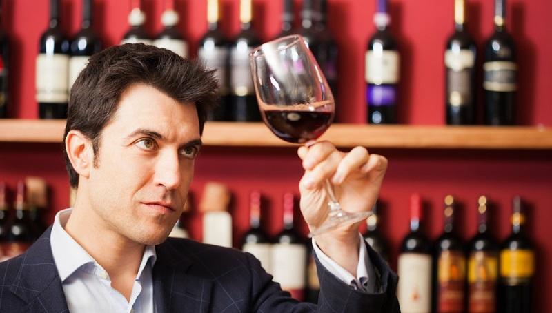 Um eine feine Weinsorte zu probieren und später zu verschenken, muss man kein erfahrener Weinkenner sein, der mit viel Aufwand die Tropfen verkostet. Doch ein wenig Konzentration braucht man schon, wenn man eine Weinprobe macht. (#02)