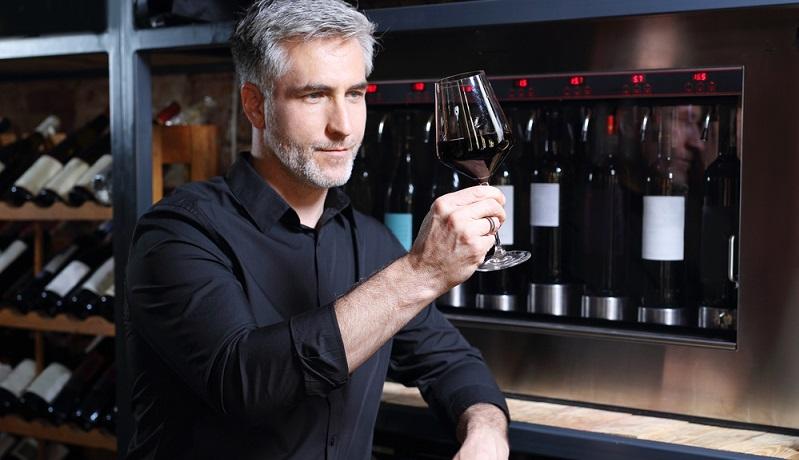 Dem moderaten Genuss von Alkohol werden gesundheitsförderliche Effekte nachgesagt. Die sekundären Pflanzenstoffe im Rotwein haben positive Auswirkungen auf die Herzfunktionen. (#01)