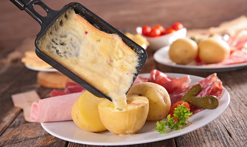 Raclette und Käsefondue gehören in einigen Teilen Deutschlands, aber auch Österreichs und der Schweiz zu jedem Weihnachtsfest dazu. (#03)
