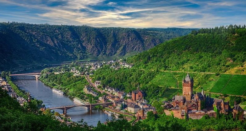 Die schönsten Weinanbauregionen in Deutschland laden zu derartigen Kurzreisen ein, wobei die Gäste direkt auf dem Weingut untergebracht sind. (#03)