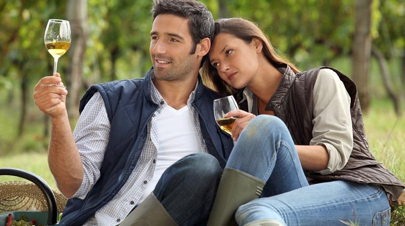 Die Anzahl der Weinliebhaber wächst immer mehr und mit ihr auch die Anzahl derer, die Urlaub und Weinverkostung miteinander verbinden wollen. (#02)