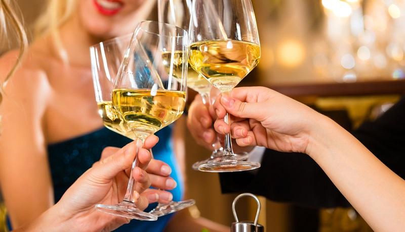 Die Zahl guter Restaurants mit natürlichen Produkten aus der Region wächst. Eine wachsende Anzahl an Menschen in Deutschland entdeckt den Genuss und den Spaß an gutem Essen und feinen Weinen. (#3)