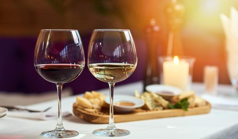 Der Sommelier ist ein Insider der Weinszene. Sein Wissen umfasst weit mehr als die Empfehlung, welcher Wein zu welchem Essen passt. (#2)