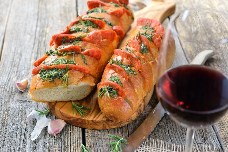 Der Tempranillo-Wein stammt aus Spanien, genauer gesagt aus La Rioja und gilt als Spaniens edelste Traube. Weitere Anbaugebiete befinden sich in Portugal. Tempranillo-Trauben sind die Grundlage des weltberühmten Rioja, der für sein Vanillearoma bekannt ist. In P