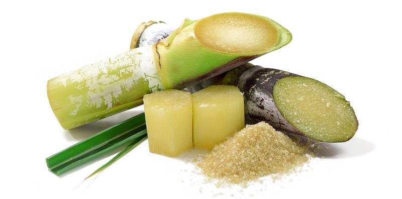 Rum wird aus Zuckerrohr hergestellt und Wodka aus Kartoffeln.