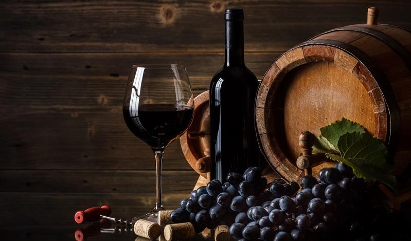 Kräftige Rotweine lagern teilweise sogar mehrere Jahre, bevor sie in den Handel kommen. Die Lagerung der Weine erfolgt meist in Holzfässern, wobei besonders Eichenfässer als Lagergefäß geeignet sind.