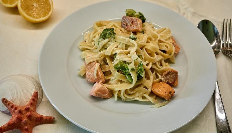 Brokkoli mit Weißwein zubereiten: Tagliatelle mit Lachs an Brokkoli-Weißwein-Sauce.