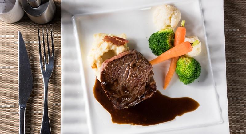Rinderfilet mit Brokkoli zubereiten und dazu leckere Rotwein-Schokoladen Sauce servieren.