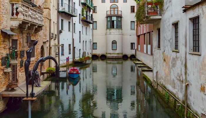 Venezianische Architektur lässt sich auch außerhalb der etwas überlaufenen Stadt Venedig beäugen, zum Beispiel in Treviso. Die norditalienische Stadt Treviso liegt in der Provinz Veneto, in der Nähe von Padua und Vicenza. Die Aussicht zeigt typische Baustile der Stadt Treviso in Italien. (Foto: shutterstock - DimaSid)